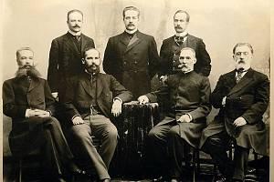 Stolypin v Kovnu (druhý zleva v první řadě) s okresními předáky ruské šlechty