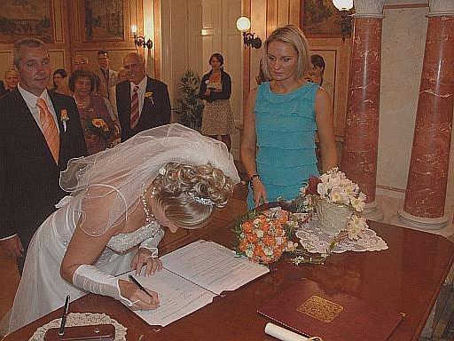 Přijme-li žena manželovo příjmení, není jednoduché se ho potom zbavit. Ilustrační foto