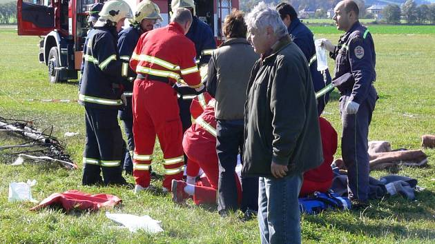 Záchranáři zasahují po nehodě motorového rogala.