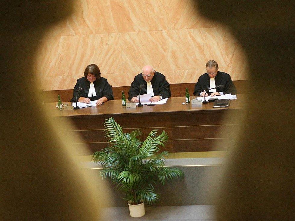 Lisabonská smlouva je v souladu s českým ústavním pořádkem. K tomuto závěru došel po týdenním projednávání brněnský Ústavní soud. Prezident Klaus smlouvu odpoledne ratifikoval.