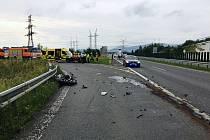 Devětatřicetiletý motocyklista, který se 3. července večer na sjezdu z dálnice D48 v Dobré u Frýdku-Místku srazil se dvěma osobními auty, v nemocnici zemřel.