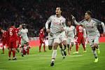 Slavící fotbalisté Liverpoolu Virgil Van Dijk (uprostřed) a Roberto Firmino (vpravo).