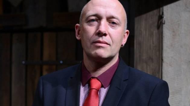 Černou komedii o střetu gangsterů a jedné zfušované vraždě režíroval ve vlastní úpravě Daniel Hrbek. Na snímku Robert Jaškow.
