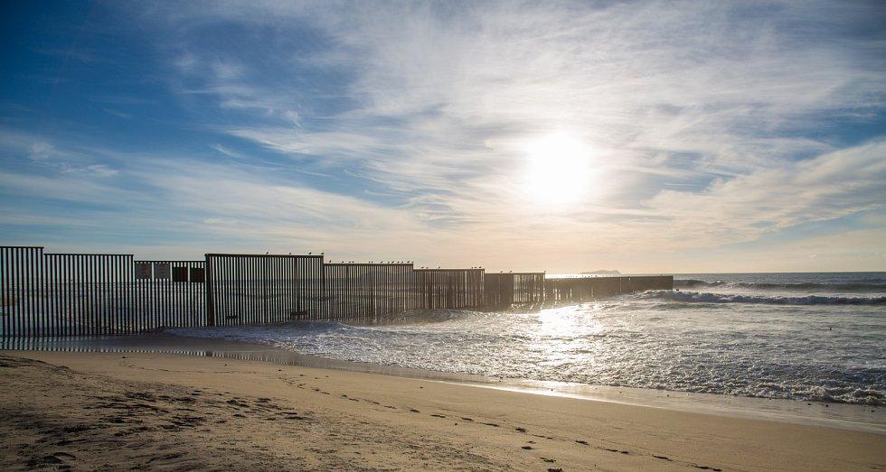 Zeď oddělující USA a Mexiko na pacifickém pobřeží