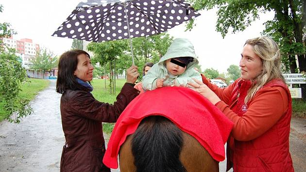 Hipoterapie pomáhá dětem zlepšovat hybnost, a navíc rozvíjí jejich socializační schopnosti Archiv Sdružení Sraz