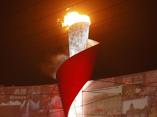 Olympijský oheň zapálil po čtyřhodinovém ceremoniálu legendární čínský gymnasta Li Ning.