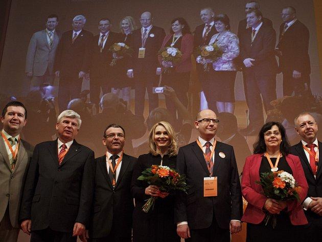 Zleva místopředsedové strany Jan Hamáček, Martin Starec a Lubomír Zaorálek, místopředsedkyně Lenka Teska Arnoštová, předseda Bohuslav Sobotka, místopředsedkyně Michaela Marksová Tominová, první místopředseda Milan Chovanec.