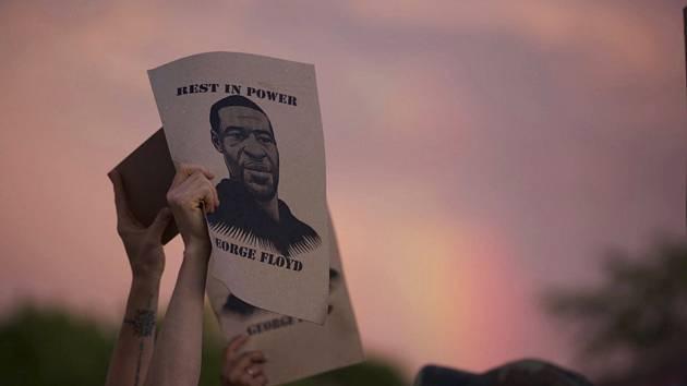 Protestující v Minnesotě s fotografií amerického černocha George Floyda
