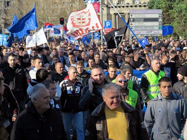 Několik tisíc stoupenců srbského ultranacionalisty Vojislava Šešelje se dnes sešlo v centru Bělehradu na protivládním shromáždění.