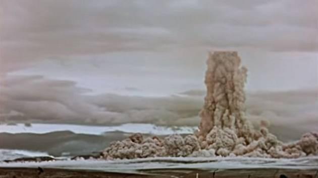 Ze země se začal zvedat obrovský mračný sloup prachu, vytvářející nohu pověstného jaderného hřibu