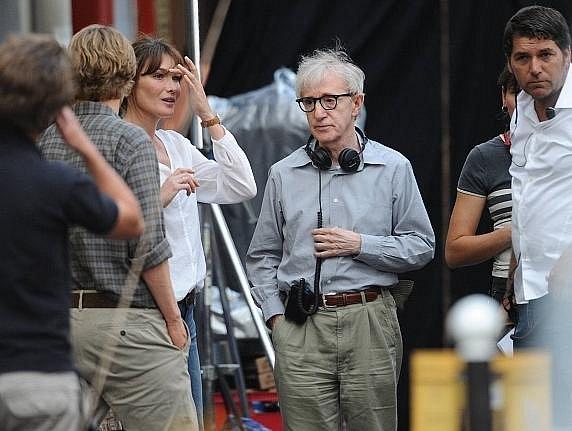 Carla Bruni při natáčení filmu Půlnoc v Paříži s Woody Allenem