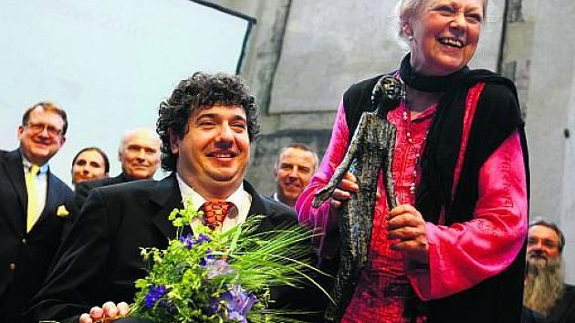 Jiří Kříž převzal ocenění z rukou ředitelky Výboru dobré vůle Mileny Černé.