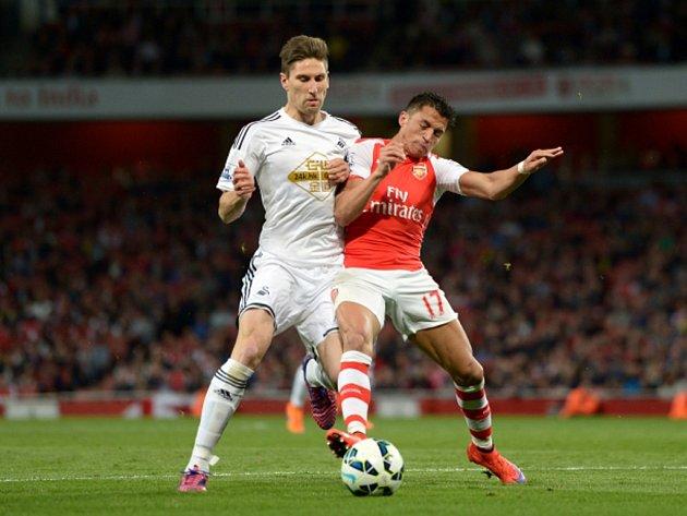 Alexis Sánchez z Arsenalu (vpravo) a Federico Fernández ze Swansea.