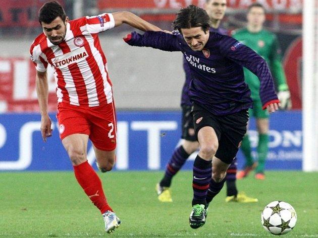 Tomáš Rosický z Arsenalu (vpravo) uniká Giannisovi Maniatisovi z Olympiakosu.