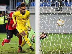 Pierre-Emerick Aubameyang z Dortmundu (ve žlutém) se prosazuje proti Gabale.