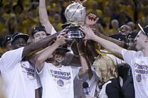 Basketbalisté Golden State s trofejí pro vítěze západní konference.