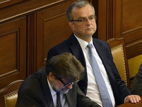 Ministr vnitra Jan Kubice (vlevo) a ministr financí Miroslav Kalousek na schůzi Poslanecké sněmovny, která pokračovala 13. července v Praze.
