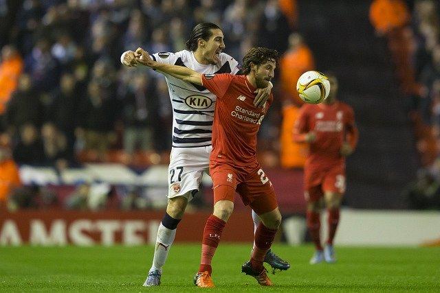 Joe Allen z Liverpoolu v souboji s Enzo Crivellim z Bordeaux.
