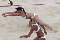 Beachvolejbalistky Markéta Sluková (vpravo) a Kristýna Kolocová na olympijských hrách v Londýně.