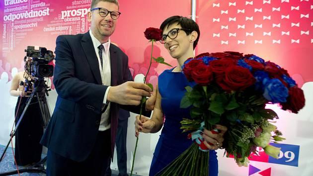 Nová předsedkyně Markéta Pekarová Adamová na volebním sněmu strany, který pokračoval 24. listopadu 2019 v Praze. Vlevo bývalý předseda Jiří Pospíšil