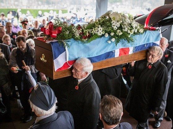 Na pohřeb britského veterána bez příbuzných přišly stovky lidí.