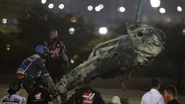 Ohořelá část monopostu pilota Haasu Romaina Grosjeana po nehodě ve Velké ceně Bahrajnu