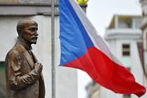 Socha zakladatele státu Tomáše Garrigua Masaryka a česká vlajka - ilustrační foto