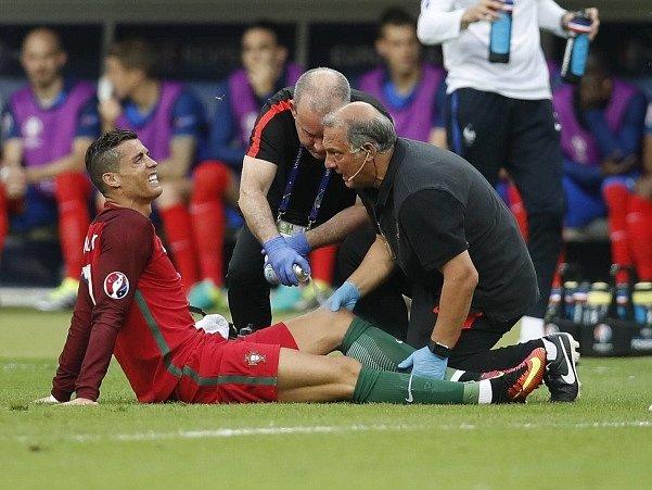 Lékaři ošetřují Ronalda po zranění ve finále evropského šampionátu.