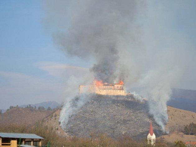 Slovenský hrad Krásna Horka nad obcí Krásnohorské Podhradie zachvátily plameny.