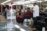 Dezinfekce na ruce v holičství v americkém San Pedru v Kalifornii