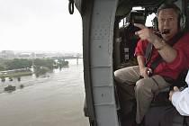 Guvernér Nebrasky Dave Heineman letí nad rozvodněnou Missouri