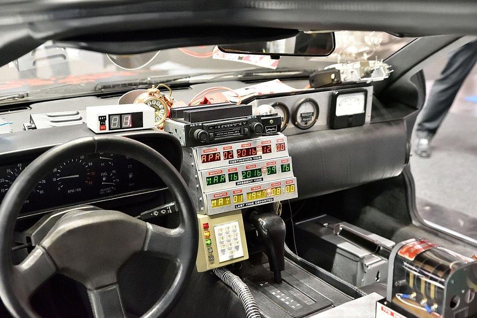 Palubní deska legendárního Deloreanu DMC-12, v němž Marty a profesor zdolávali čas