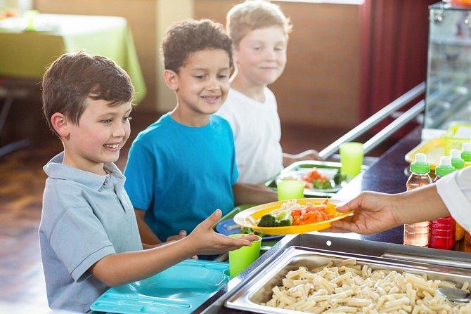 Pokud dítěti nezvládáte platit ani obědy, zapojte se do programu Obědy do škol.