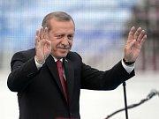 Turecký prezident Recep Tayyip Erdogan žádá trest doživotí pro novináře a šéfredaktora opozičního listu Cumhuriyet, který se podle něj dopustil špionáže zveřejněním článku o údajné turecké dodávce zbraní do Sýrie.