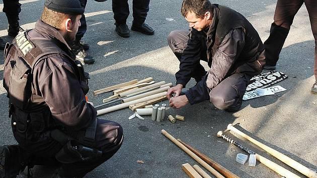 Část výzbroje zabavená brněnským fanouškům