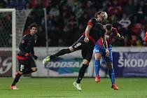 Ikona Plzně Pavel Horváth (vpravo) proti Atlétiku Madrid.