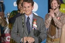 HARVEY MILK. Postavu homosexuálního politika hraje Sean Penn.