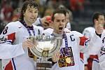 Jaromír Jágr (vlevo) a kapitán českého mužstva Tomáš Rolinek se radují ze zisku titulu mistrů světa.