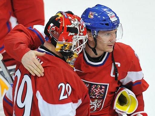 Patrik Eliáš (vpravo) s gólmanem české reprezentace Tomášem Vokounem na olympijských hrách ve Vancouveru.
