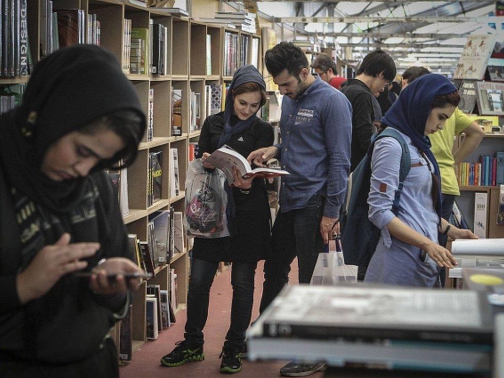 Pro konání mezinárodního knižního veletrhu je to dost nečekané místo. V tomto období roku se ale prostory obří teheránské mešity Mosala pravidelně mění v labyrint stánků, v nichž nakladatelé představují své nejnovější tituly.