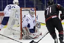 Hokejista Kanady Anthony Cirelli (vpravo) střílí gól v utkání skupiny A na MS v Košicích, v brance Francie Henri Corentin Buysse.