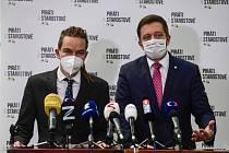 Zleva předseda Pirátů Ivan Bartoš a předseda STAN Vít Rakušan.