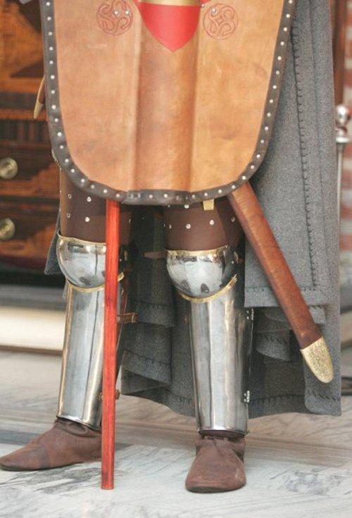 S rozšiřujícími se schopnostmi platnéřů začaly na středověkých zbrojích přibývat anatomicky tvarované plátové díly
