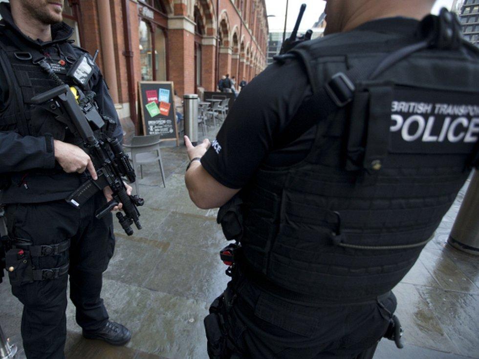 Londýnská policie posiluje po sobotním útoku v metru hlídky na významných dopravních uzlech v celé metropoli.