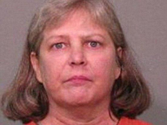 Tvrdě se snažila vydobýt sex Američanka Sondra Earle-Kellyová. Jedenepadesátiletá žena poté, co jí manžel odmítl uspokojit, vzala nunčaky a zaútočila.