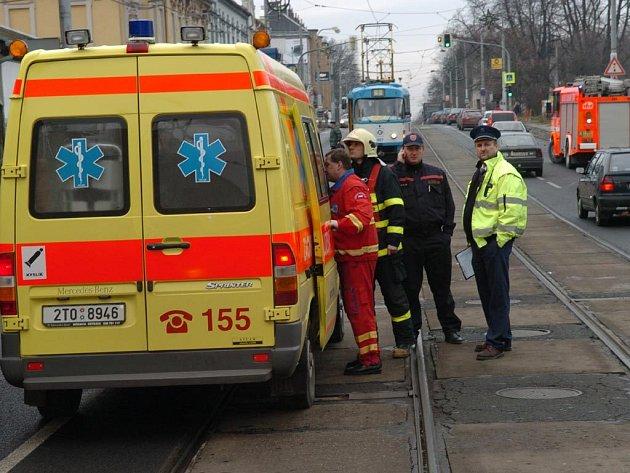 Tramvaj na vyznačeném přechodě srazila sedmapadesátiletého chodce.