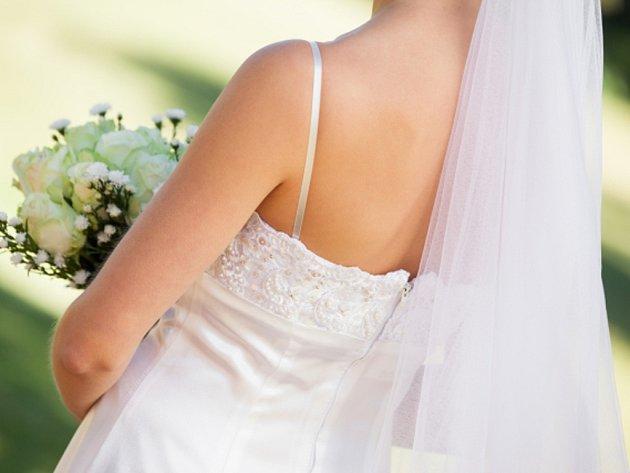 Muž v Saúdské Arábii se rozvedl se svou novomanželkou hned v den jejich svatby. Stačilo mu k tomu málo – jen aby nevěsta zvedla závoj a on ji poprvé spatřil.
