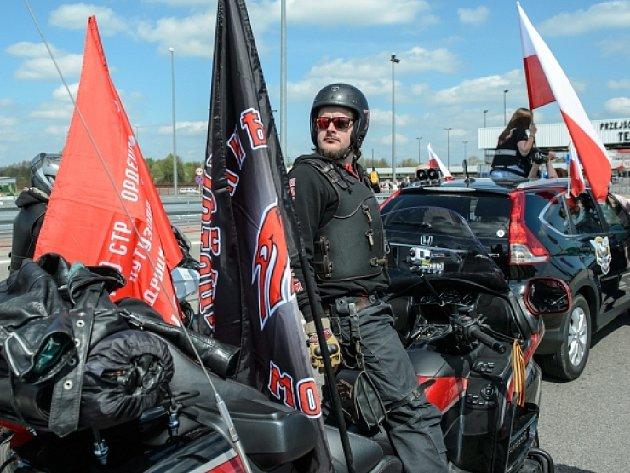 Motocyklistům, kteří měli z Ruska přes Bělorusko namířeno do Polska, tamní pohraničníci o víkendu nepovolili vjezd do země a zastavili je na polsko-běloruském přechodu Brest-Terespol.