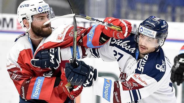 Hokejová extraliga: Zleva Robert Kousal z Pardubic a Rastislav Dej z Vítkovic.