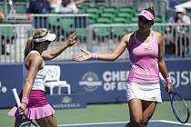 Česká tenistka Květa Peschkeová (vlevo) s Američankou Nicole Melicharovou ve finále čtyřhry turnaje v San Jose.